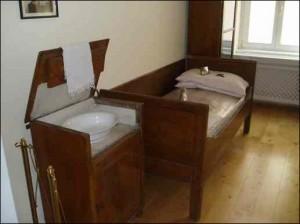 Bett und Nachtkästchen